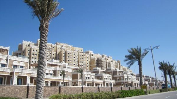 Balqis Residence è il cuore del progetto: una collezione di ville, villette a schiera, attici e appartamenti che ritraggono l'architettura yemenita.